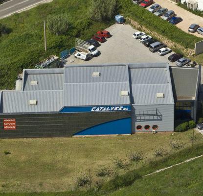 usine catalver à côté de l'autoroute à sollies ville