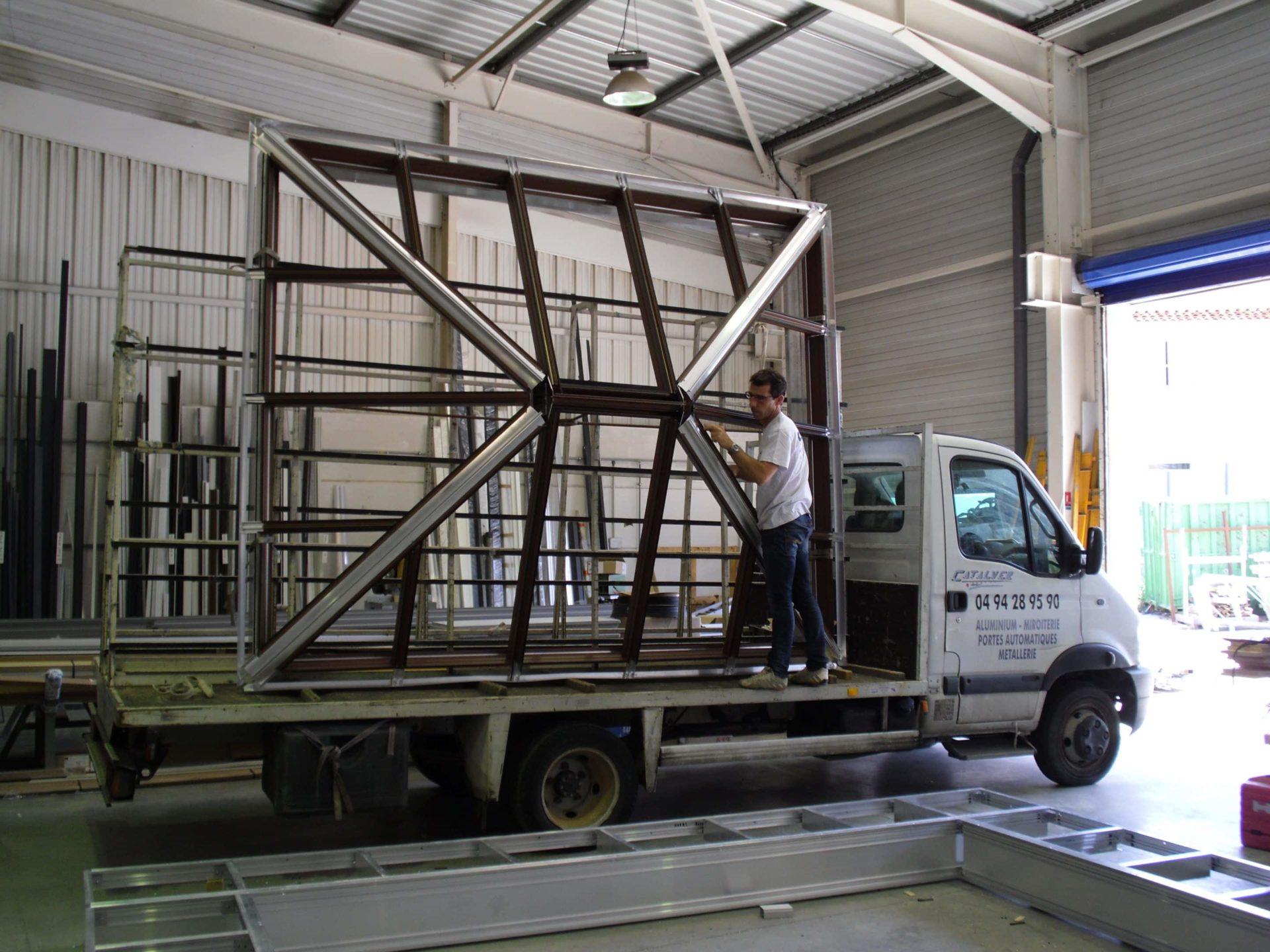 chargement d'une verrière en aluminium sur mesure var