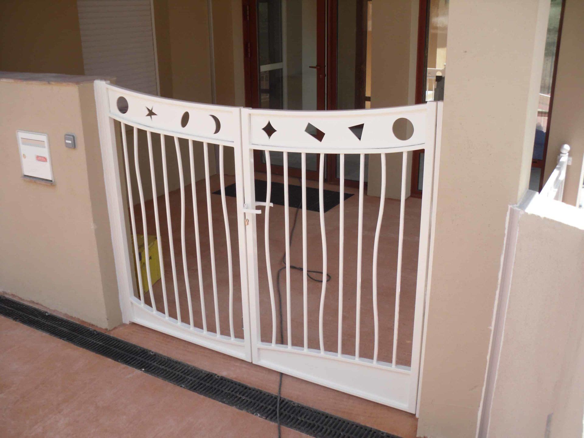 portail en aluminium réalisation sur mesure pour une crèche VAR